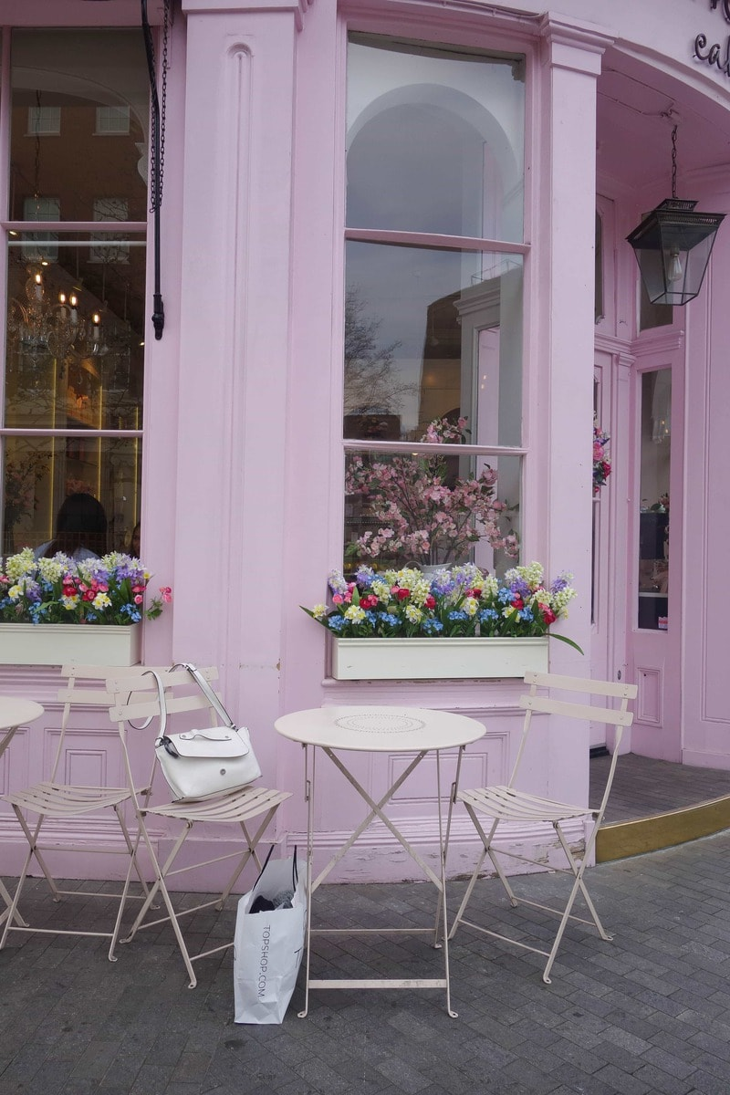 Peggy Porschen is London's prettiest must visit coffee shop serving beautiful cupcakes, cookies and layer cakes. More on notsobasiclondon.com